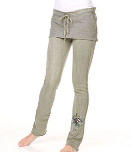 Bacaklarınız ince ancak kalçanız varsa skinny pantolonlarınızın üzerine mini etek giymeyi deneyin.